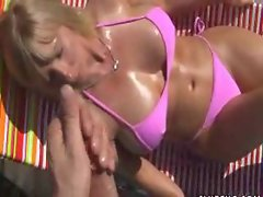 Blonde bimbo milf giving a handy J