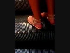Schoene Sandalen auf der Rolltreppe - Feet on an Escalator
