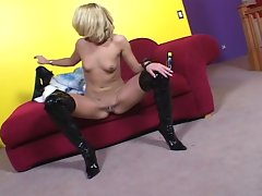 Hot blonde babe stuffing her cunt and ass