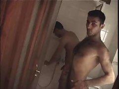 Dos arabes peludos pajeandose en un hotel