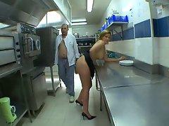 French prise dans la cuisine du restaurant