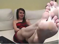 Webcam randy chicks with red painted toenails, exposes luscious soles