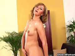 Sexual senior lady with little tiny breasts rubs her experienced quim