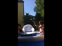 Isabell und Malin in the Pool