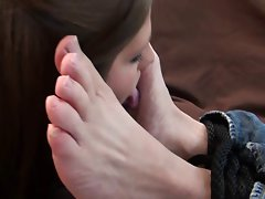 Lassie lick male feet