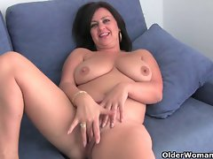 Slutty mom with mega big melons gets finger screwed