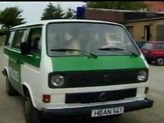 2 Polizisten ficken im Dienstwagen