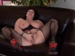 CHUBBY MILF MASTURBATING : KITTY LEE