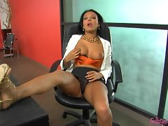 Sexy office worker Maya Gates needs to jam something big in her waiting pussy