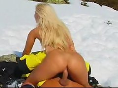 Couple has hot sex in cold sno...