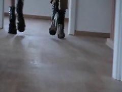 Ravenna &Freundin laufen in Heels