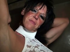 mature dans le sex shop