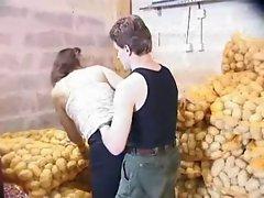 French - Une petite salope en GangBang au milieu des patates