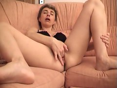 Hot mature amateur solo pussy playing fun on couch