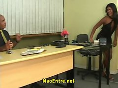 Moreninha fodendo no escrit&oacute_rio com o chefe