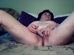Mature with a toy vibrates her pussy