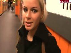 Selina - Mitten in der U-Bahn Station gefickt