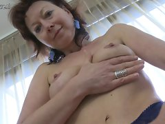 Aged slutty mom loves to play with herself