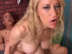 Gorgeous cougar loves to fuck.