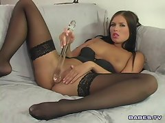 Veronica Da Souza fucks herself on the couch with a dildo