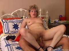 Sexy cougar loves to fuck a younger guy