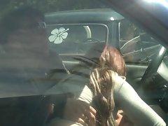il se fait sucer dans sa voiture