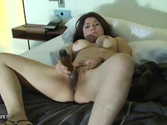 Kinky amateur mother loves to get slutty