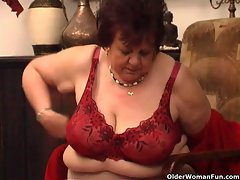 Heavy granny bangs her aged slit with toy