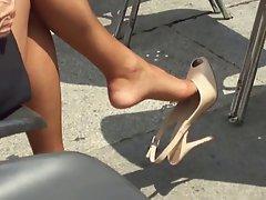 Signora in piazza (dangling)