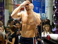 Jonas Sulzbach Toma Banho na Beauty Fair
