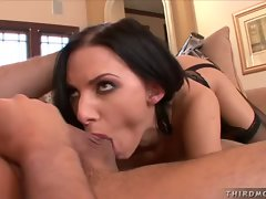 Juelz Ventura loves the taste of a big juicy dick in her mouth
