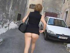 Fesses nue sur la route