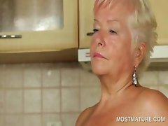 Mature babe pleasureing cunt