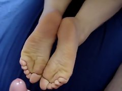 CUMSHOT ON MY GIRLFRIEND FEET WRINKLED SOLES