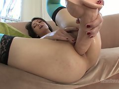 Sarah Shevon plug her ass with a huge dildo