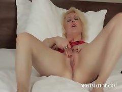 Blonde mature pleasuring her pussy