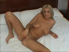 Curvy girl plays with the pussy in a hotel room