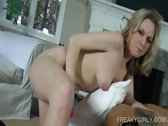 Naked blondie vibrating her pink quim