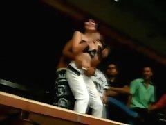 Colegiala Mexicana(chilanga) bailando frente a cientos