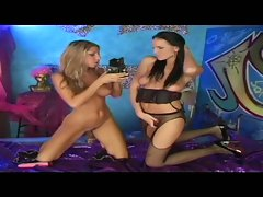 Lesbian babes walleria and rachel evans toy fun