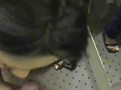 Geile Tuerkin laesst sich in der Umkleidekabine ficken
