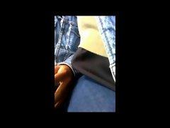 Encoxando o colo e a mao no onibos