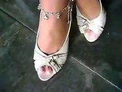 Latina' wench foot show
