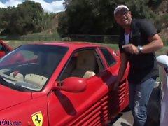 Baise sur le capot d'une Ferrari